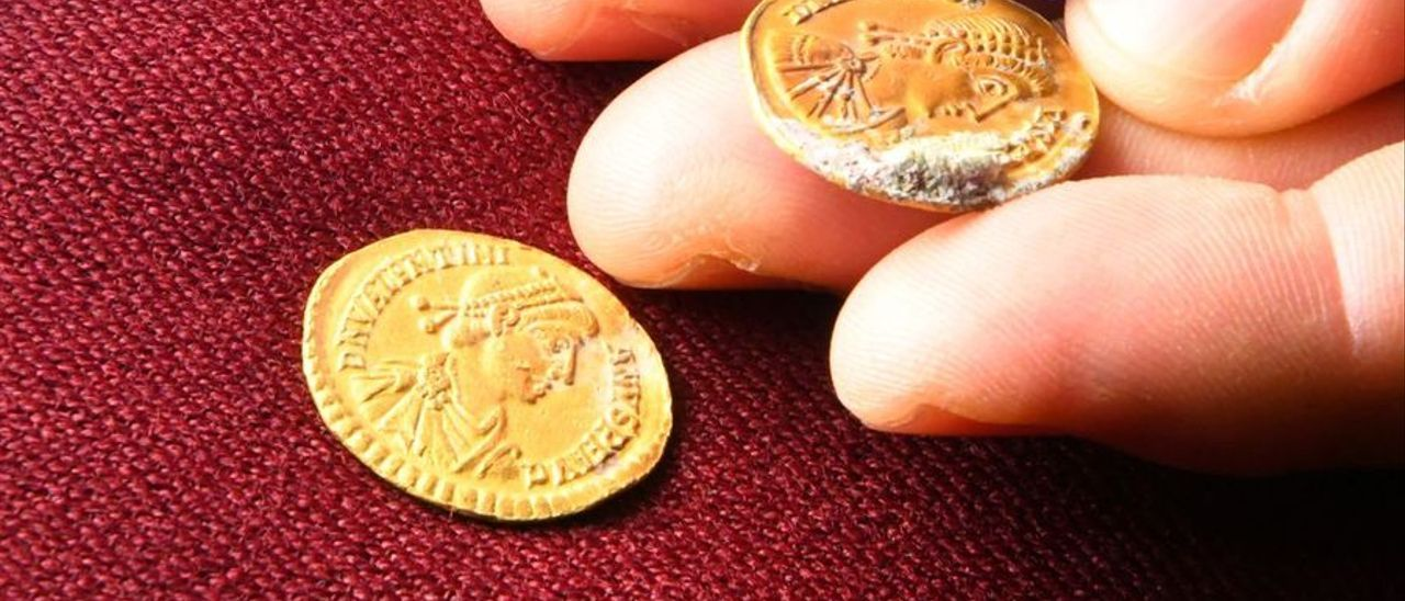 Dos de las monedas con efigies de emperadores. / LEVANTE-EMV