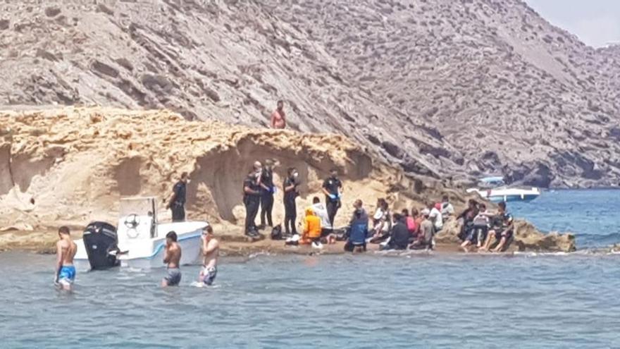 Decenas de personas escapan corriendo tras alcanzar en patera las costas de Murcia