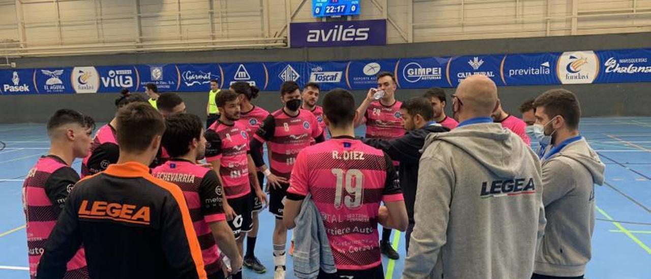 Toni Malla, en el centro, dando instrucciones al equipo en un tiempo muerto el pasado sábado en Avilés. | U.F.