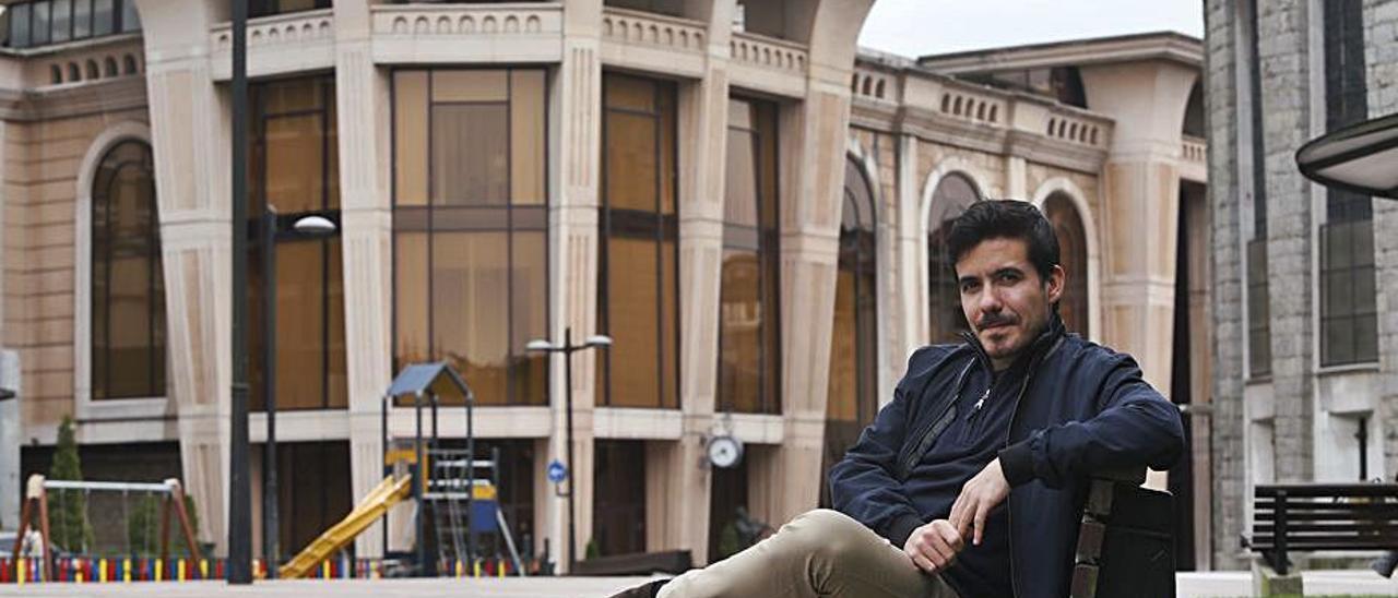 Nuno Coelho, ayer, en la plaza de la Gesta de Oviedo. | Luisma Murias