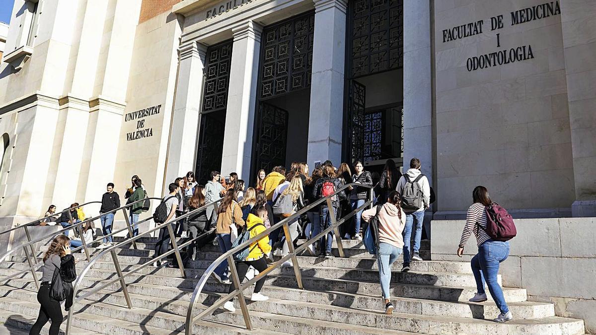 Estudiantes a las puertas de la Facultad de Medicina y Odontología de la UV, el curso pasado. | M.Á.MONTESINOS