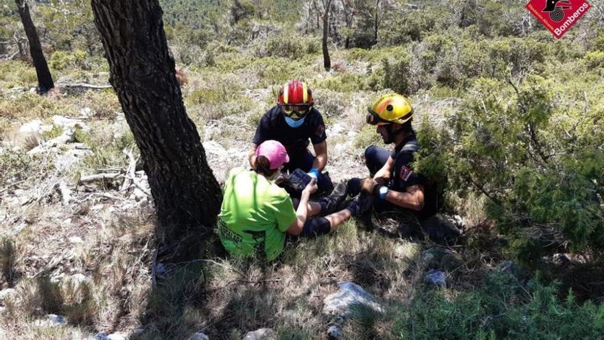 Los bomberos rescatan a una senderista en Alcoy que no podía moverse debido a calambres en las piernas