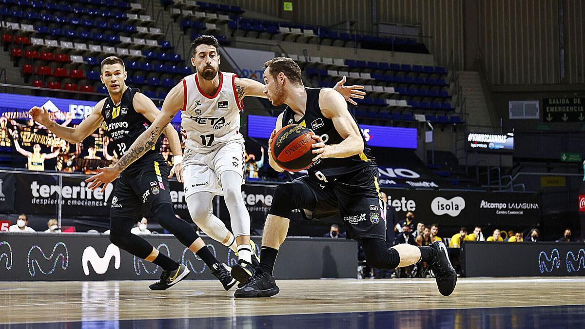 Huertas trata de pasar el balón a Sulejmanovic ante la defensa de Athinaiou.