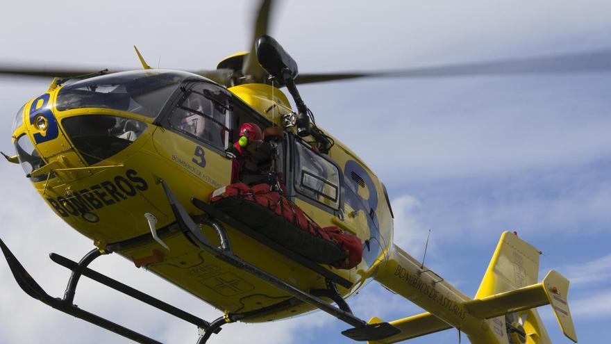 Rescatan en helicóptero a dos personas tras caer desde 20 metros en una escuela de escalada de Quirós
