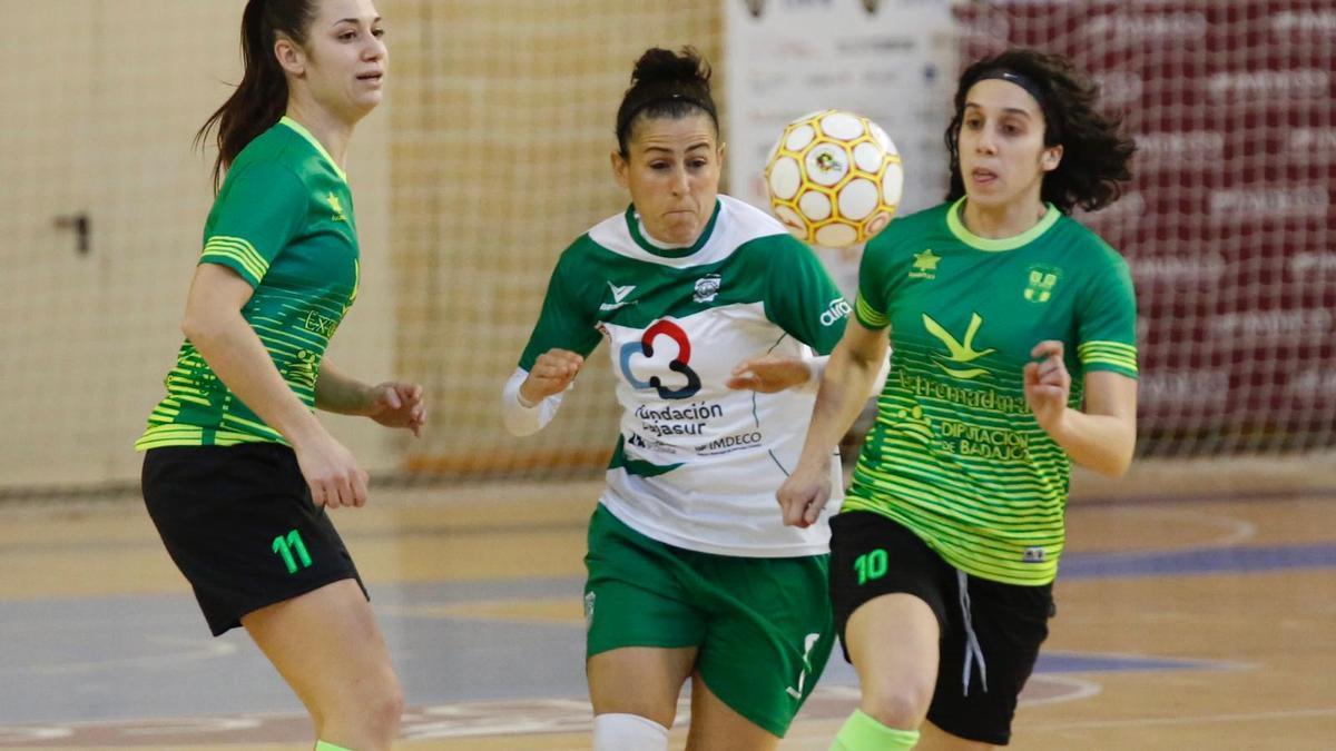 Rocío Gracia controla el balón en un encuentro del Cajasur Deportivo Córdoba.