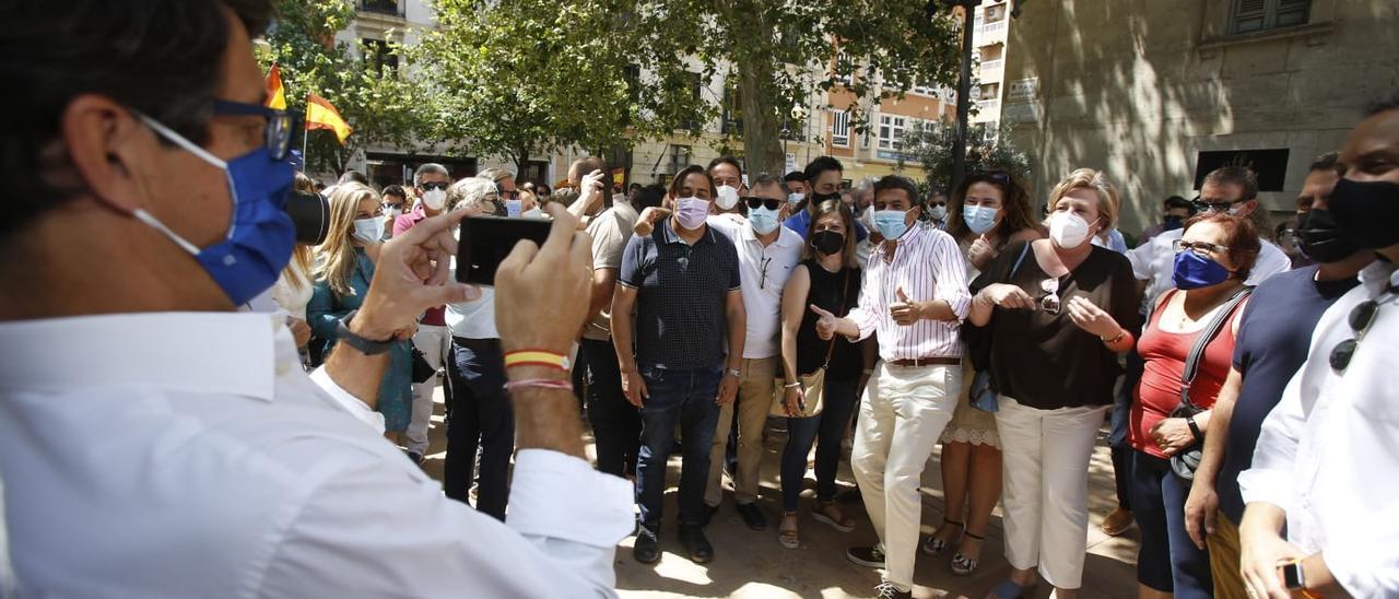 Cerca de 200 personas se concentran en Alicante en contra de los idultos
