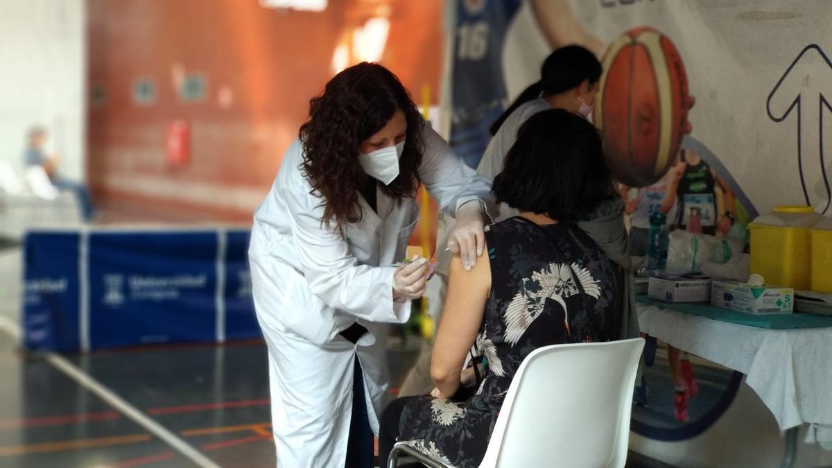 Vacunación en el polideportivo de la Universidad de Zaragoza.