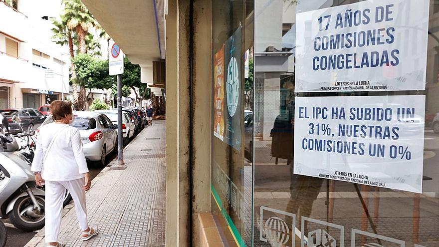 Los loteros de Ibiza bajan la persiana durante dos horas por sus derechos