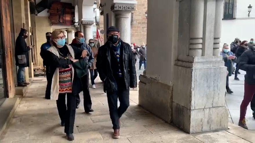 """Tensión en Avilés: decenas de hosteleros siguen a Monteserín al grito de """"Alcaldesa, dimisión"""""""