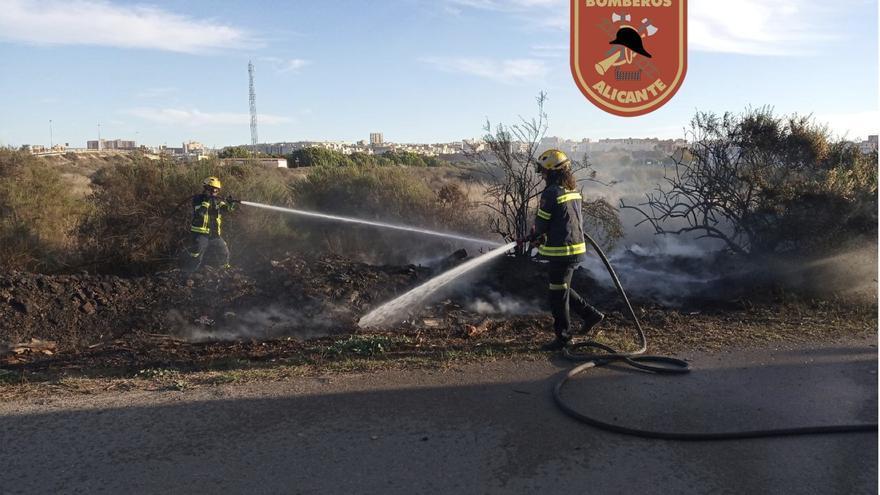 Los Bomberos sofocan un incendio originado por restos de poda en la playa de San Juan