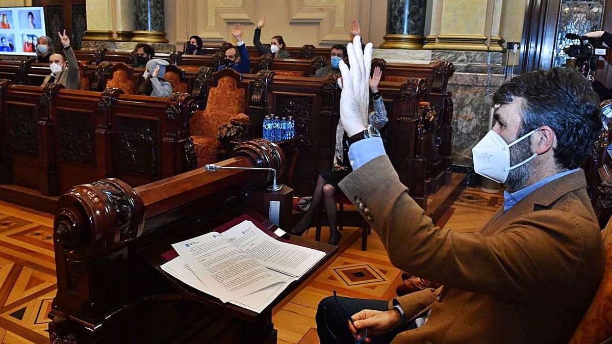 Votación, en el Pleno, ayer, con el concejal de Urbanismo, Juan Díaz Villoslada, en primer término. |   // VÍCTOR ECHAVE