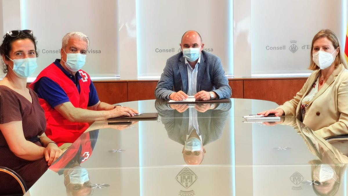 Firma del convenio entre el Consell y Cruz Roja Ibiza.