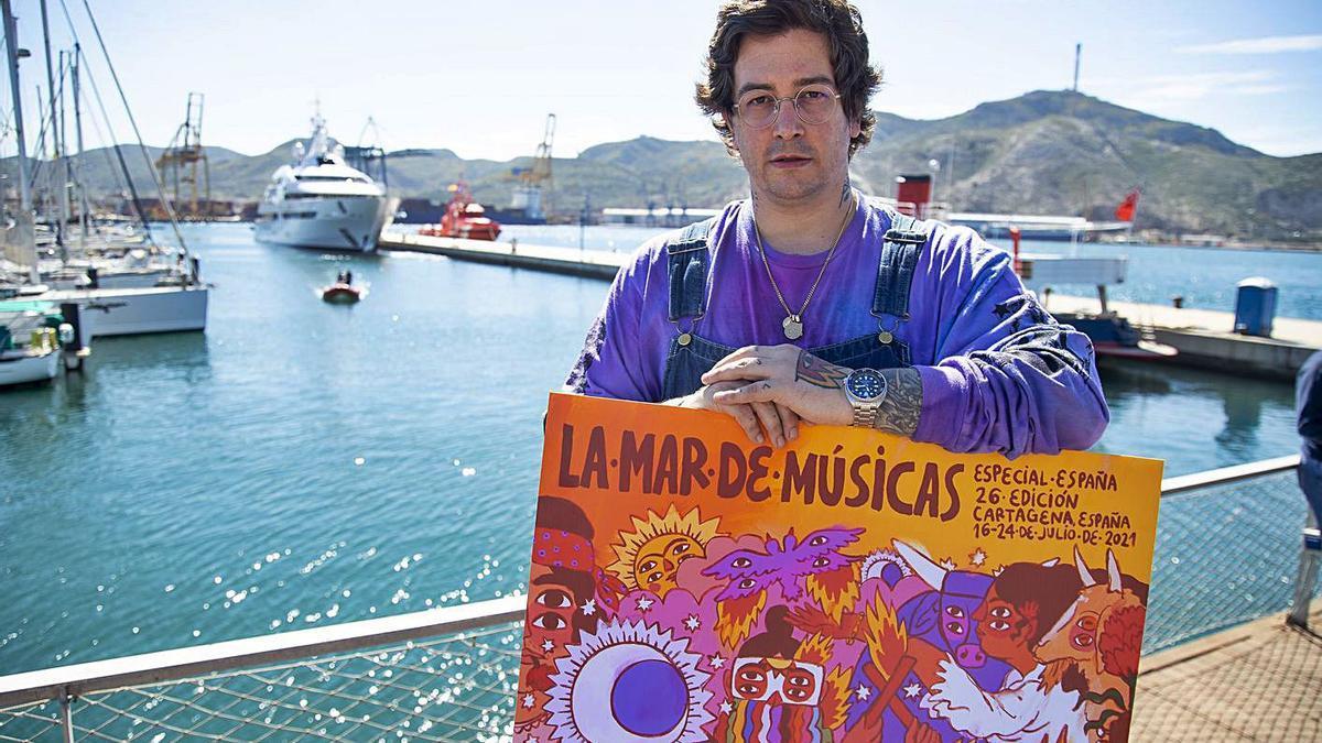 Ricardo Cavolo junto al cartel de La Mar de Músicas.  urquízar