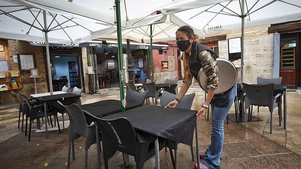 Un bar del centro de València sin clientela durante la pandemia.   DANIEL TORTAJADA