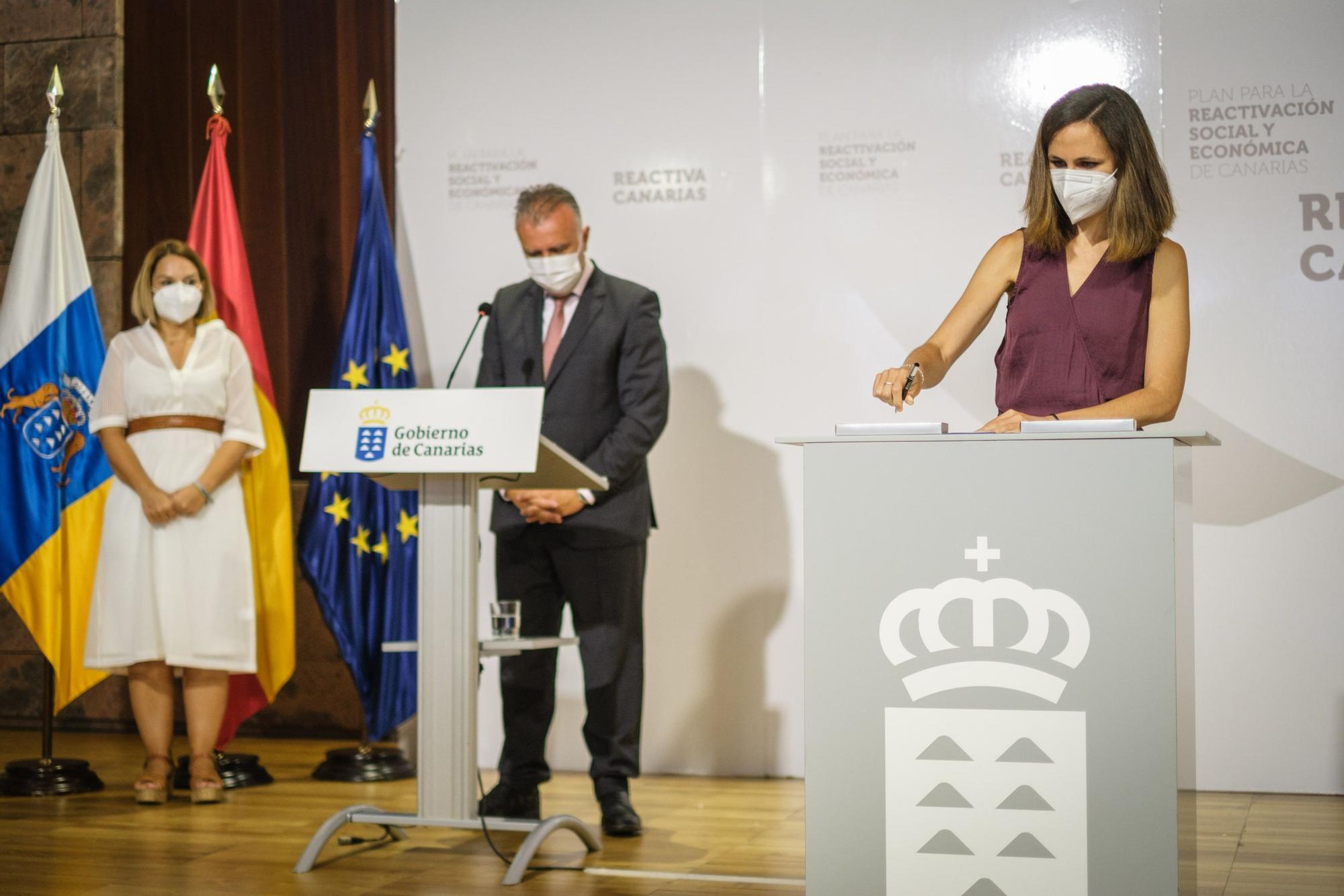 El presidente de Canarias, Ángel Víctor Torres,y la ministra de Derechos Sociales y Agenda 2030, Ione Belarra, firman el convenio