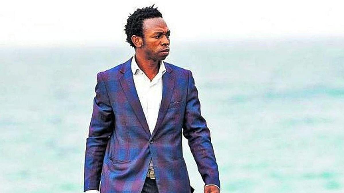 Ousman Umar camina por el litoral majorero, el mismo donde arribó su patera en 2004.