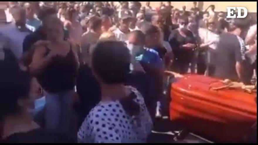 Guía de Isora pide disculpas por un entierro multitudinario