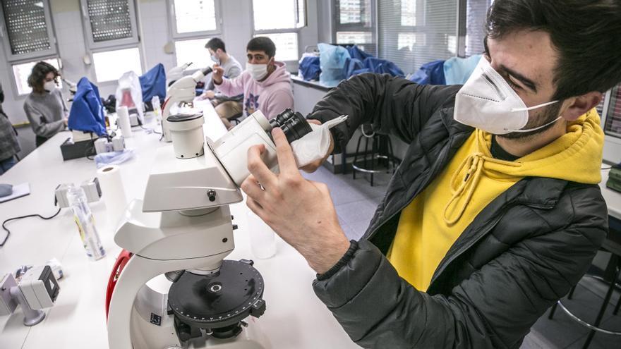 """Los alumnos de Geología se reencuentran con el microscopio tras meses de clases """"online"""""""