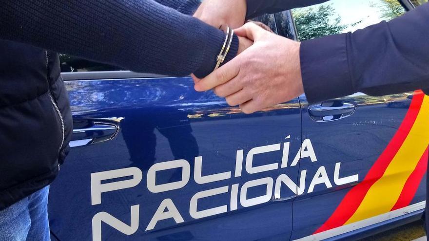La Policía reduce a un hombre en Torrellano que amenazaba con cortarse el cuello con un cristal