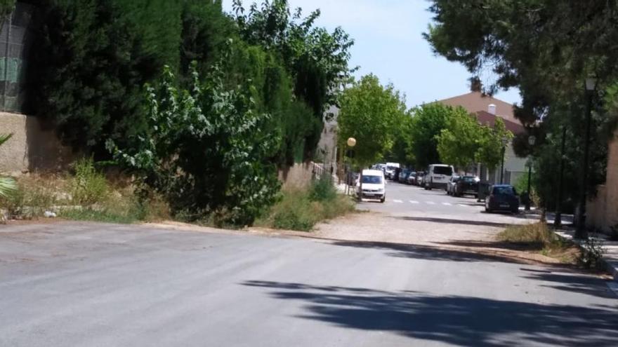 Lío en Rocafort por una calle a medio asfaltar