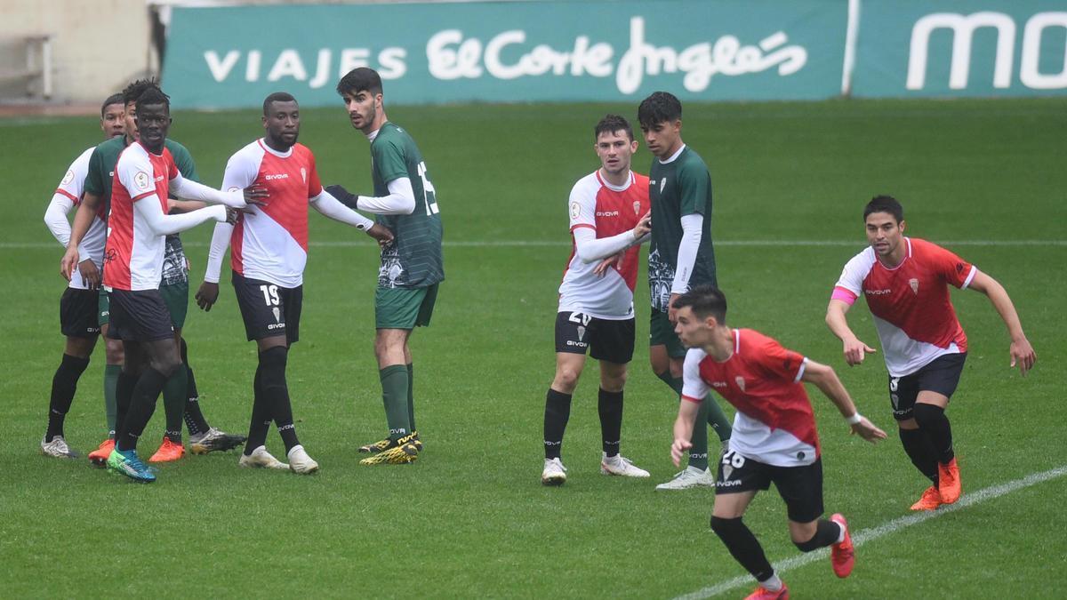 A la izquierda, Djetei y Traoré ante Visus, en un partido entre el Córdoba CF y su filial, en El Arcángel, el pasado diciembre.