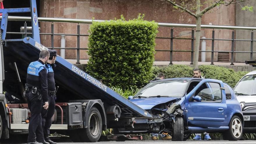 Un conductor se estampa contra un semáforo en Oviedo e impacta contra el coche de un amigo