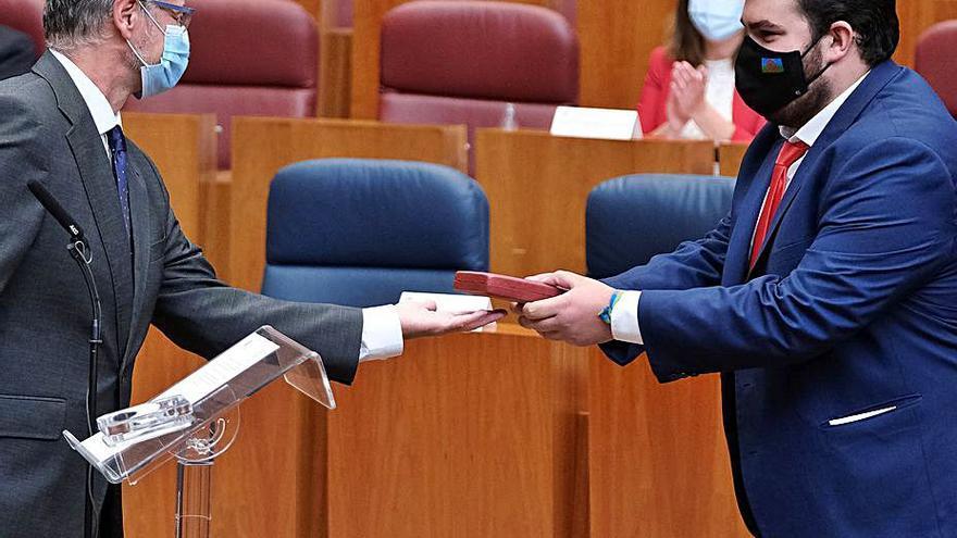 Carlos Fernández jura su cargo como procurador en las Cortes