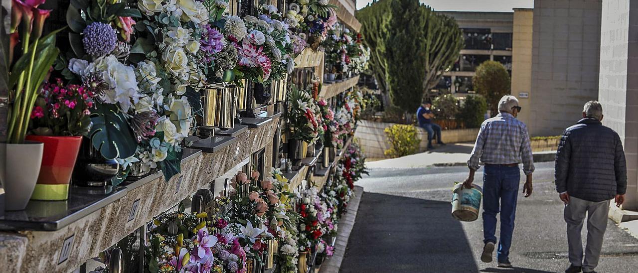 Flores depositadas en nichos, en uno de los dos cementerios de Elche