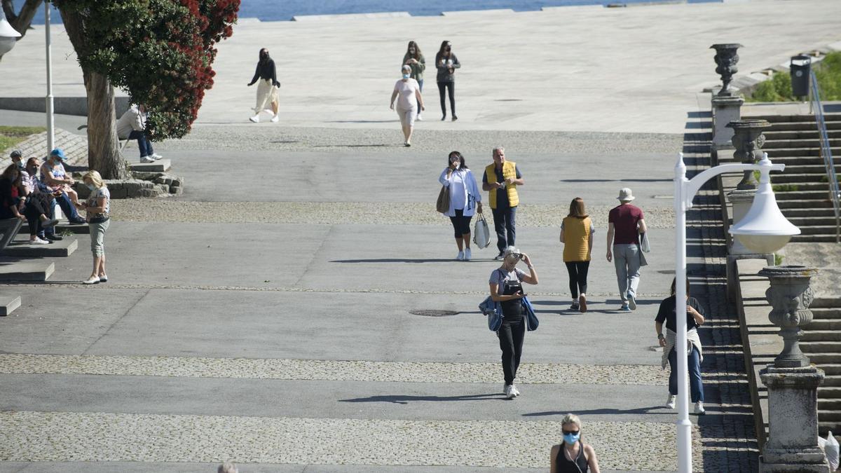 Viandantes en el paseo marítimo coruñés.