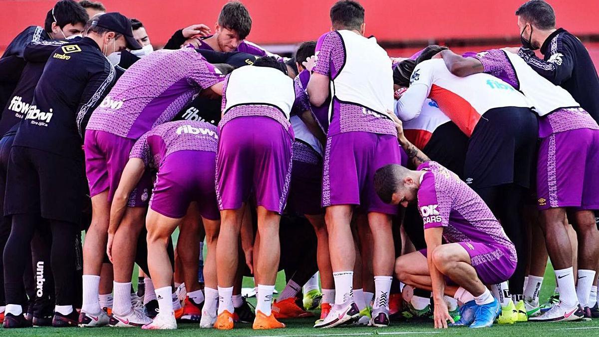 Los jugadores del Mallorca hacen piña en un entreno reciente.