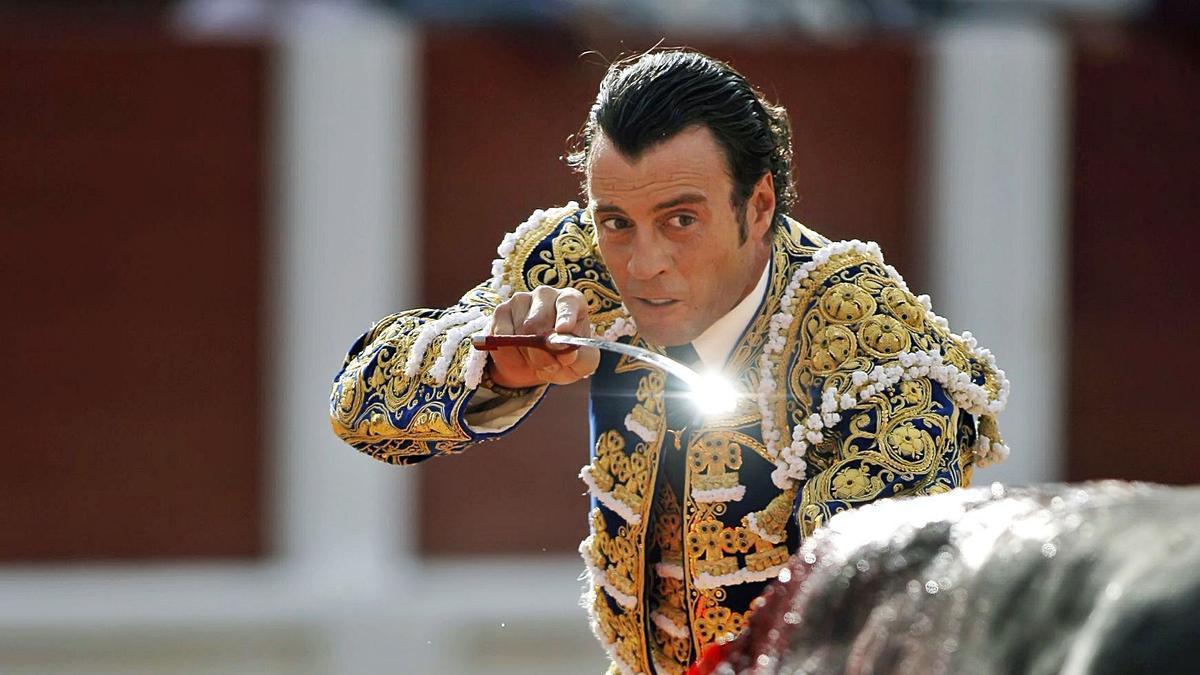 Finito entra a matar a un toro en la plaza de Gijón, en 2009/ALBERTO MORANTEO