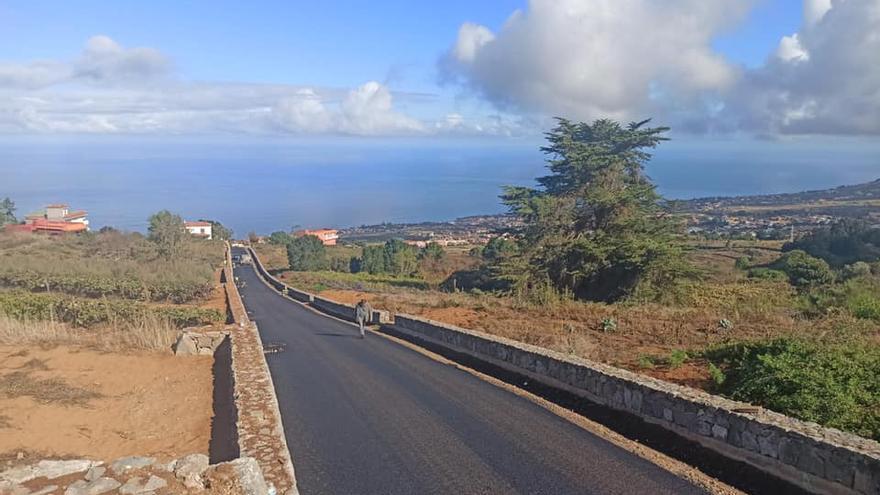 Una nueva carretera mejora el acceso al barrio de Ravelo