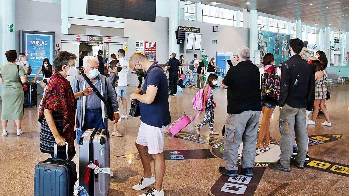 Pasajeros, ayer en el aeropuerto vigués, que empieza a recuperar su actividad.