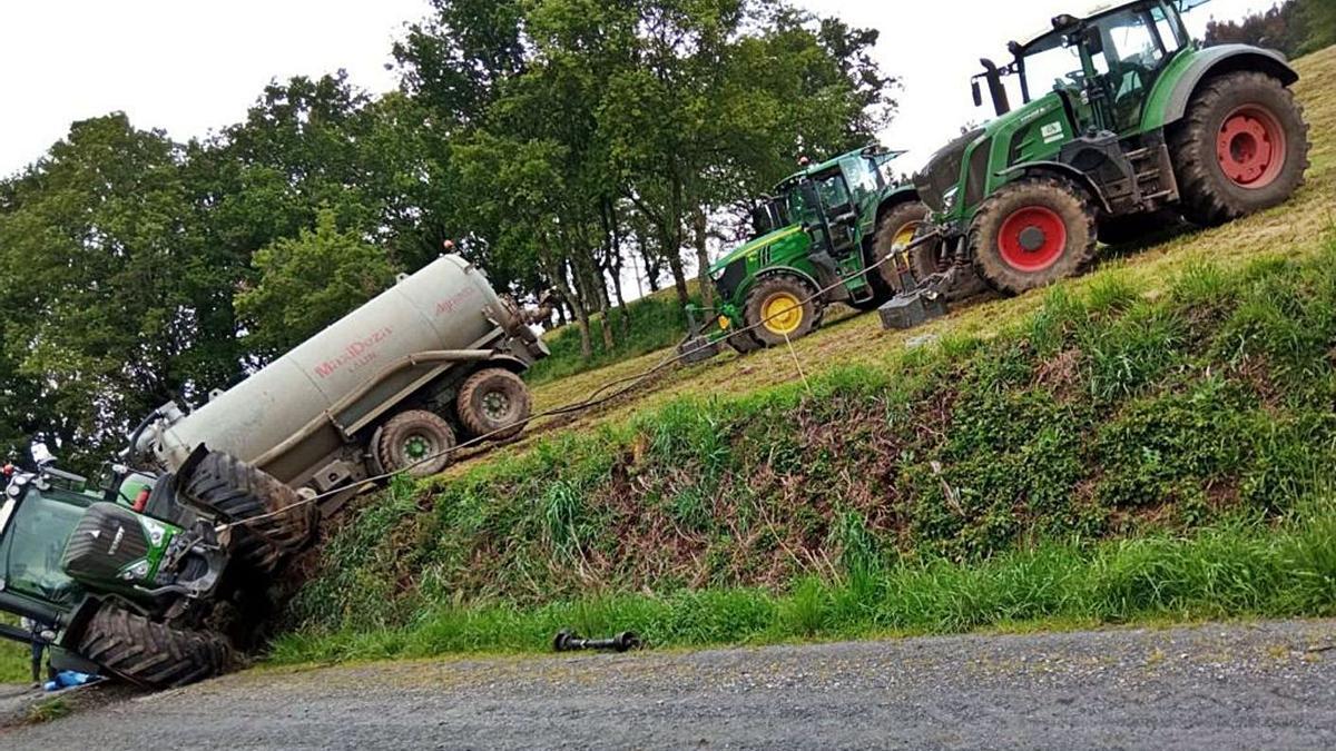 Dos tractores remolcaron al que se habían precipitado por un terraplén.