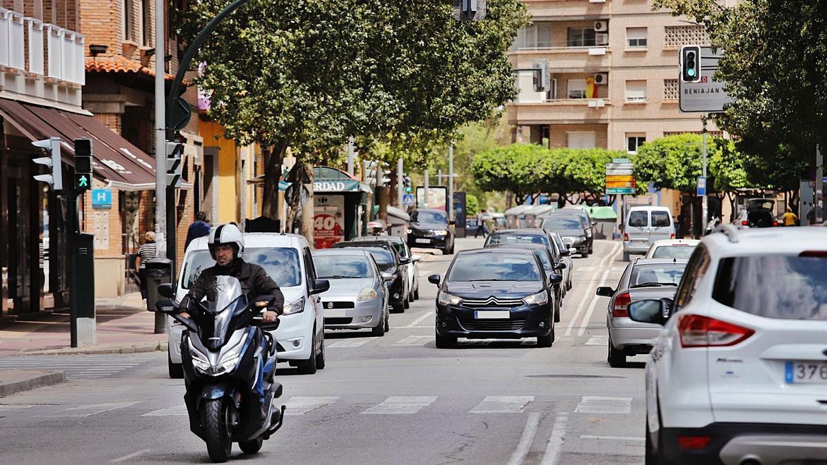 Decenas de coches circulan por una de las principales calles de Murcia, esta semana.