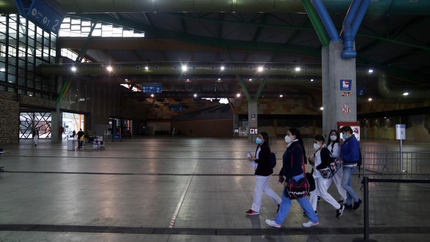 Comienza el proceso de vacunación masivo a profesores en el Palacio de Ferias de Málaga