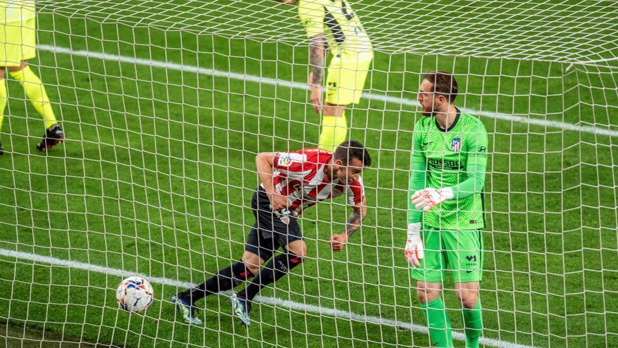 El Atlético cae en Bilbao y la Liga se aprieta aún más