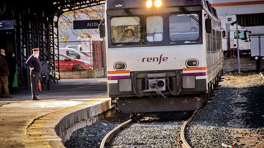 Los fieles usuarios del tren Alcoy-Xàtiva