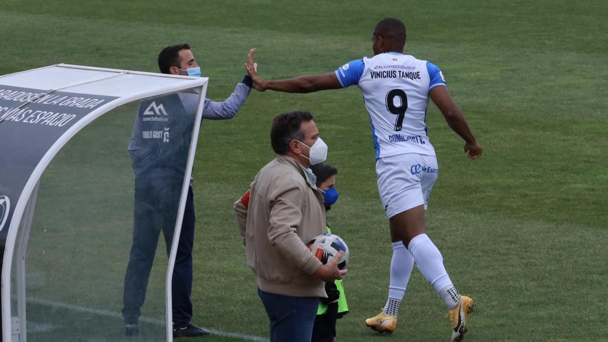Vinicius celebra con el banquillo tras marcar el 0-2 en Don Benito