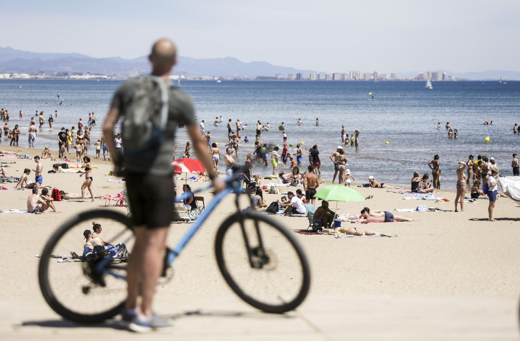 El calor sofocante llena las playas de València