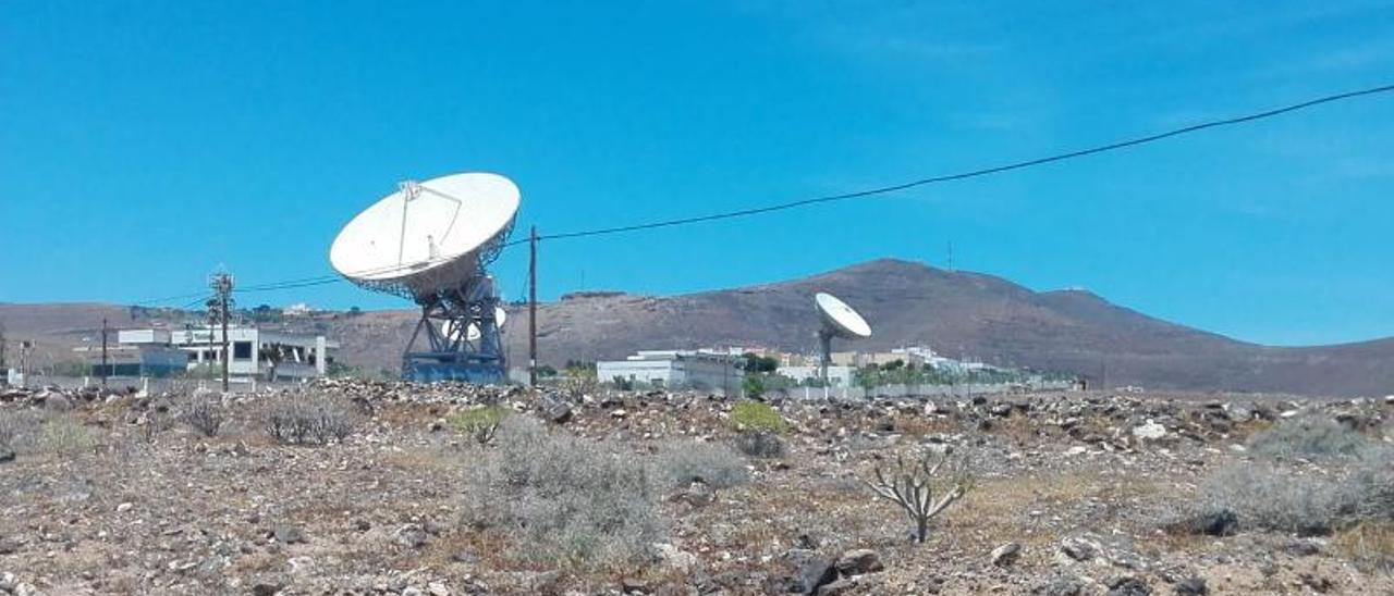 Dos de las tres antenas parabólicas, a la izquierda la principal, instaladas en Piletas, en La Goleta, ayer domingo . | | M. Á. M.