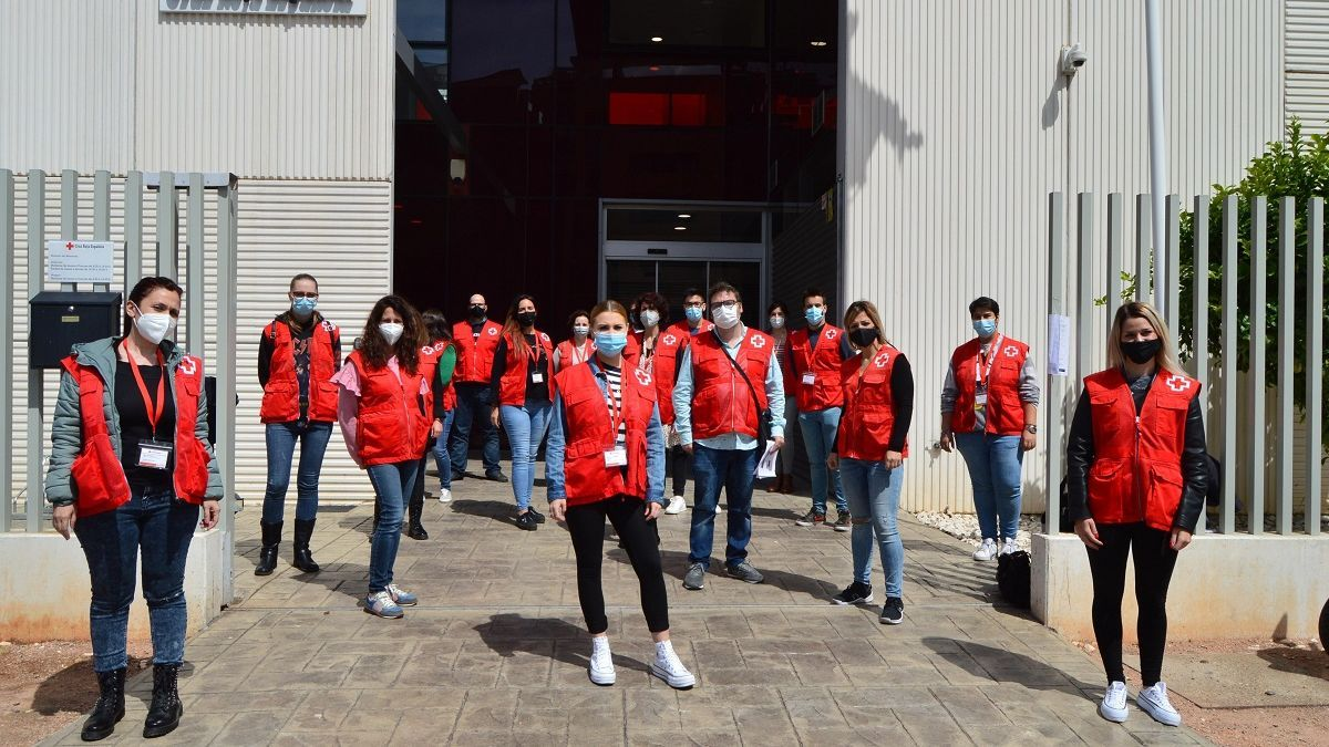 Voluntarios de Cruz Roja del denominado 'equipo Oro' en la entrada de la sede de Córdoba.