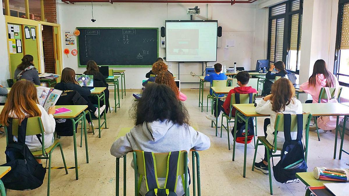 Alumnos del IES Rey Carlos III de Águilas, en una de las aulas del centro. | L. O.