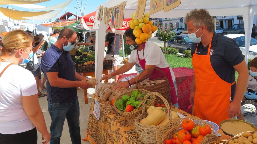 Los productores locales ofrecen sus mejores productos en la Feria del Huerto de Monesterio