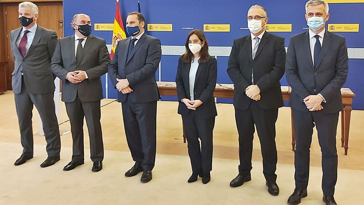 Inés Rey, junto al ministro de Transportes, Movilidad y Agenda Urbana José Luis Abalos.    // LOC
