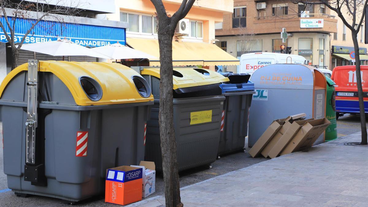 Un grupo de contenedores en una calle de Gandia