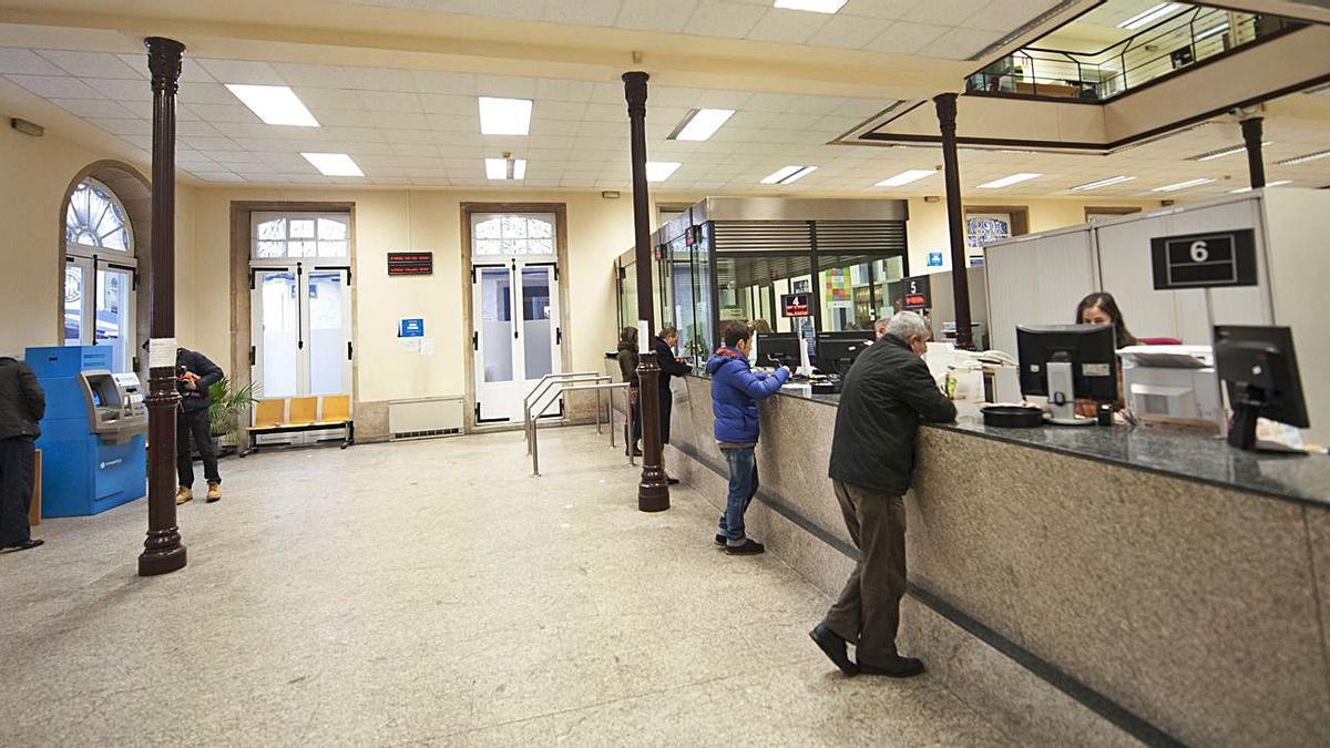 Contribuyentes en la oficina municipal de recaudación de la calle de la Franja. |   // 13FOTOS