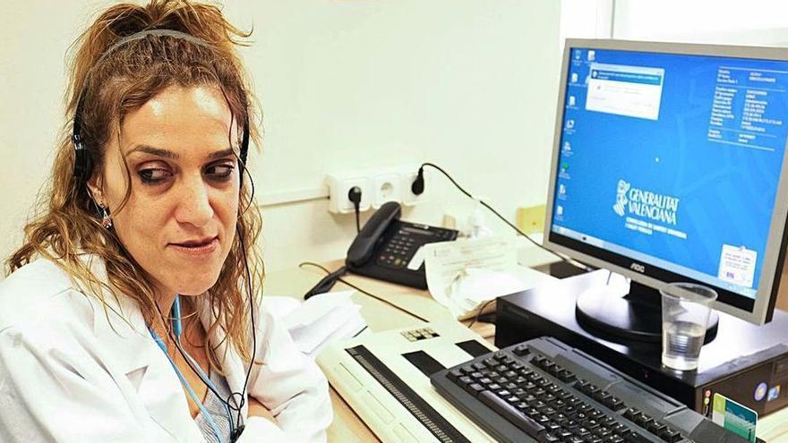 Una funcionaria invidente de Elda lleva 14 meses sin poder trabajar por falta de medios