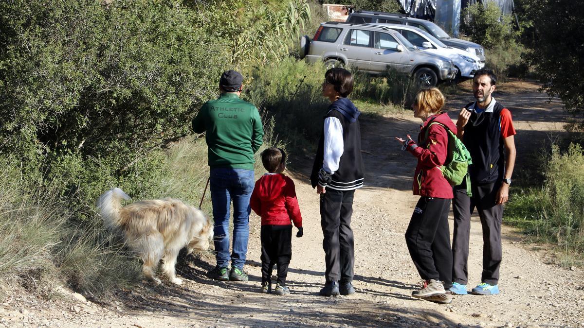 Pla mitjà on es poden veure voluntaris participant en la recerca d'un menor desaparegut en una casa de colònies al nucli de Llanera, a Torà, el 12 d'octubre de 2021. (Horitzontal)