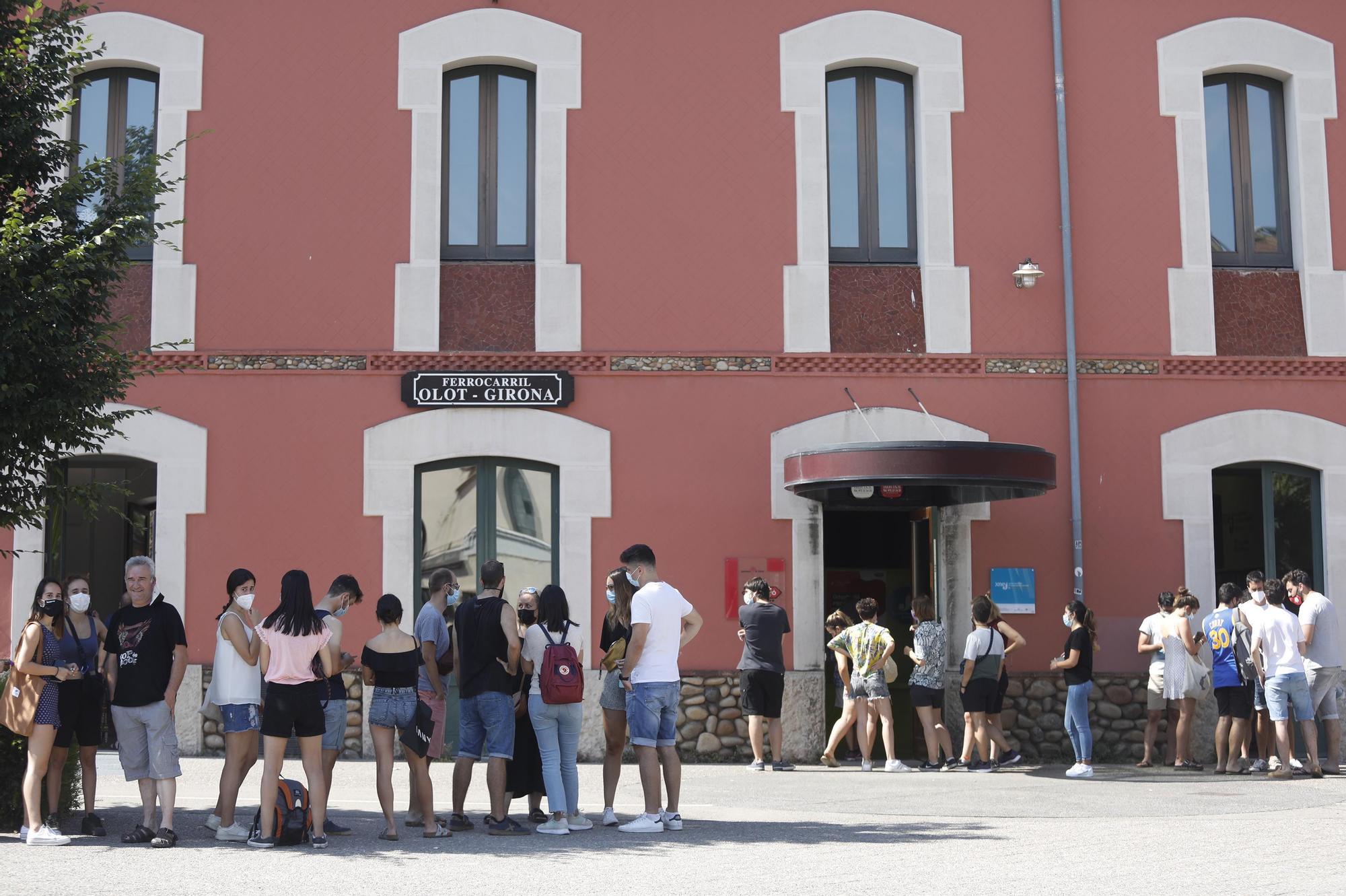 Cues a Girona per a fer-se el test i assistir al Canet Rock